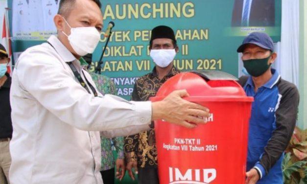 PT IMIP Bantu Tempat Sampah di Kecamatan Bumi Raya